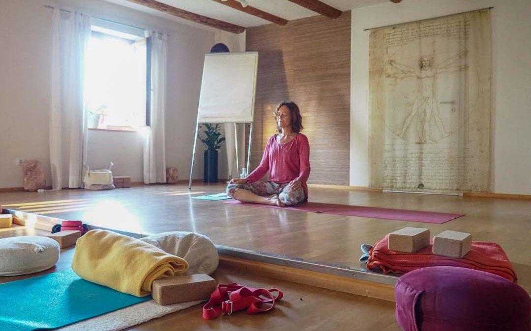 Lehrerin beim Yoga
